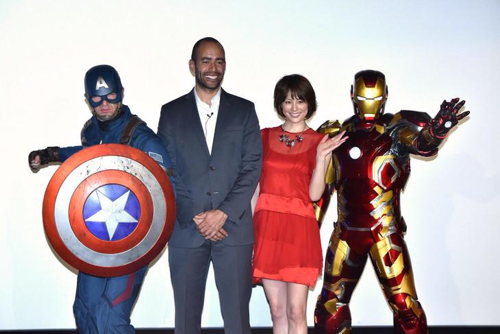 左からキャプテン・アメリカ、ネイト・ムーア、米倉涼子、アイアンマン。