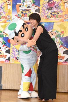 野原しんのすけ(左)とハグをする吉瀬美智子。