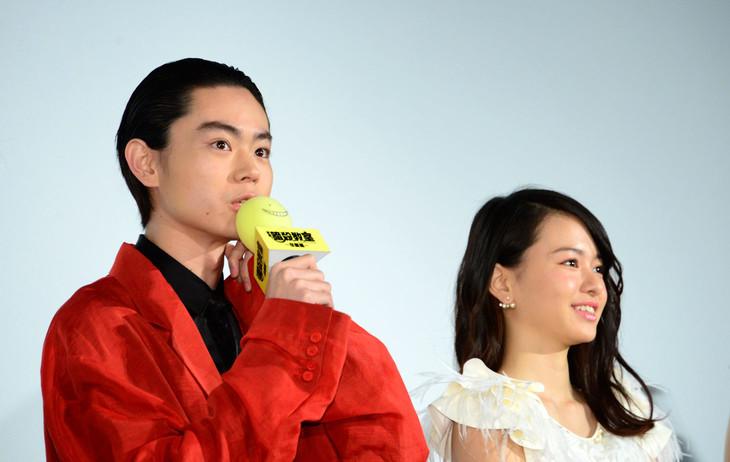 「暗殺教室 ~卒業編~」公開記念舞台挨拶にて、左から菅田将暉、山本舞香。