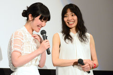 綾野剛のかしこまった口調に笑ってしまう黒木華(左)。