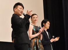自己紹介ネタを披露する宮迫博之(左)、ちすん(中央)、古沢良太(右)。