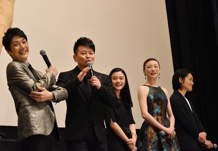 「スキャナー 記憶のカケラをよむ男」完成披露舞台挨拶より、左から野村萬斎、宮迫博之、杉咲花、ちすん、古沢良太。