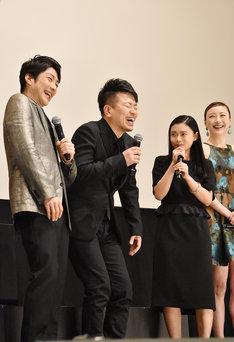 「スキャナー 記憶のカケラをよむ男」完成披露舞台挨拶より、左から野村萬斎、宮迫博之、杉咲花、ちすん。