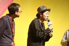 第40回香港国際映画祭「TOO YOUNG TO DIE! 若くして死ぬ」公式上映に登壇した宮藤官九郎(右)。
