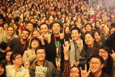 第40回香港国際映画祭「TOO YOUNG TO DIE! 若くして死ぬ」公式上映に参加した宮藤官九郎(中央)。