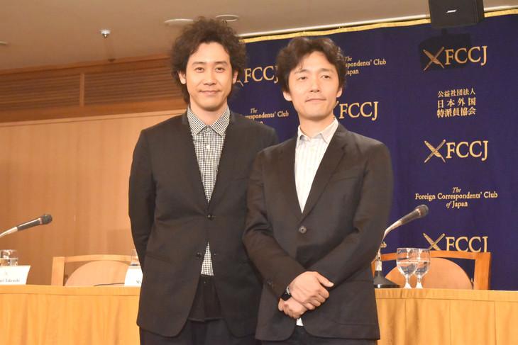 「アイアムアヒーロー」会見の様子。左から大泉洋、佐藤信介。