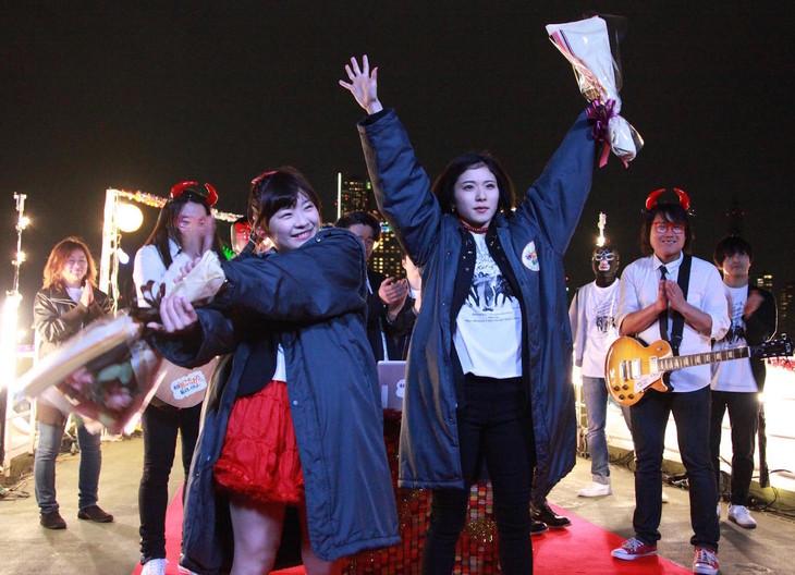 伊藤沙莉(中央左)、松岡茉優(中央右)。