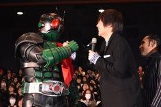 仮面ライダー1号と握手を交わす窪田正孝。