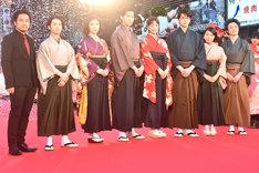「ちはやふる」レッドカーペットイベントの様子。左から小泉徳宏、矢本悠馬、松岡茉優、野村周平、広瀬すず、真剣佑、上白石萌音、森永悠希。