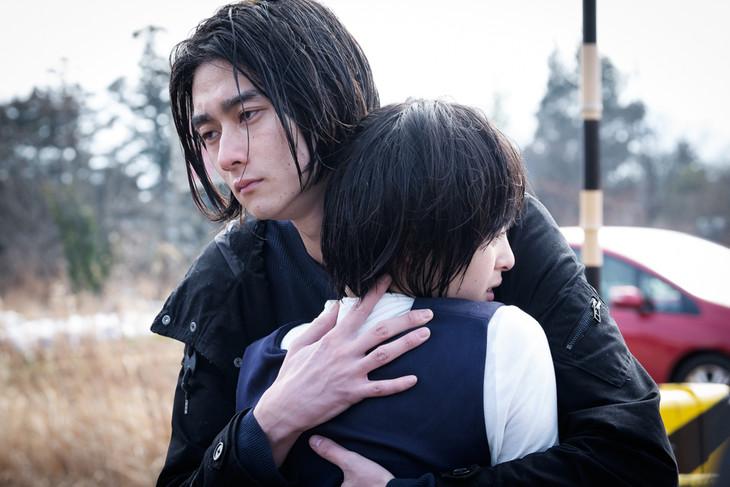 「雨女」より、隆役の柳俊太郎と理佳役の清野菜名。