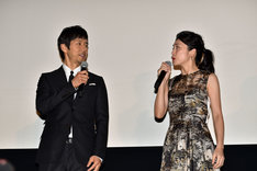 「夫婦役」と紹介され、「光栄です」と笑い合う西島秀俊(左)と竹内結子(右)。