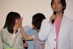広瀬すず(左)の涙を拭いてあげる松岡茉優(中央)と、広瀬のコメントを代弁し続ける野村周平(右)。