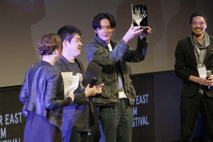 ウーディネ・ファーイースト映画祭授賞式での沖田修一(中央左)と松田龍平(中央右)。