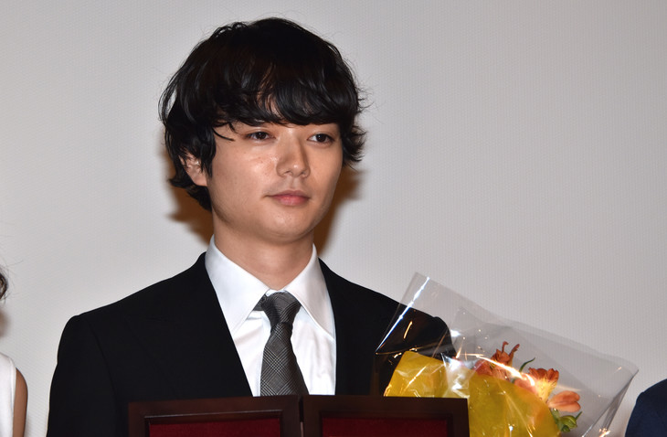 2016年5月3日、第25回日本映画プロフェッショナル大賞の授賞式に登壇した染谷将太。