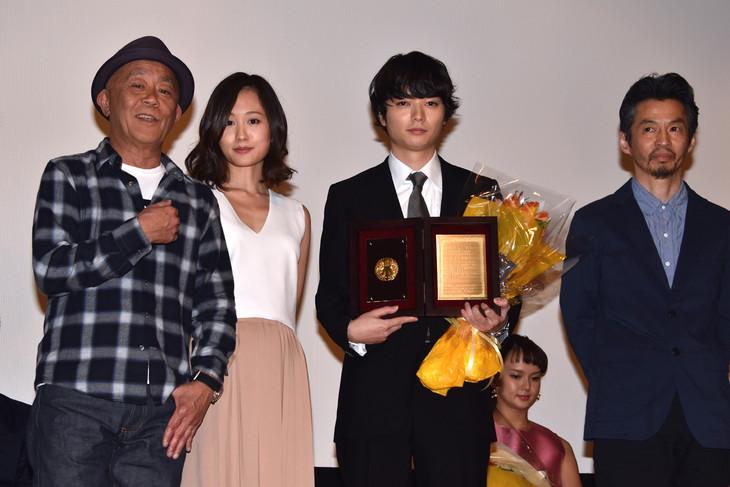 第25回日本映画プロフェッショナル大賞の授賞式の様子。左から廣木隆一、前田敦子、染谷将太、石井岳龍。