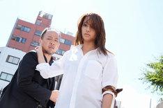 ドラマ「闇金ウシジマくん Season3」より、左から村井(マキタスポーツ)、犀原茜(高橋メアリージュン)。