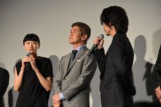 飲みに行った思い出を話す3人。左から榮倉奈々、佐藤浩市、綾野剛。