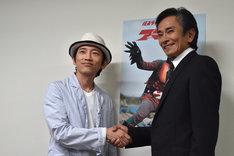 再会を喜ぶ松田洋治(左)と岡崎徹(右)。