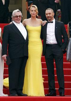 「マッドマックス 怒りのデス・ロード」ジョージ・ミラー(左)、シャーリーズ・セロン(中央)、トム・ハーディ(右)。 写真:ロイター/アフロ (c)ムービープラスカンヌ映画祭/68回レッドカーペットの様子