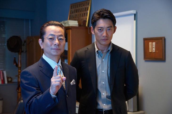 「相棒-劇場版IV-」撮影現場の水谷豊(左)と反町隆史(右)。(c)2017「相棒-劇場版IV-」パートナーズ