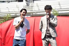 楽しげに会話をする野村周平(左)と賀来賢人(右)。