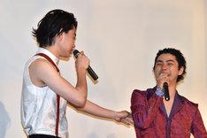 菅田将暉(左)の言葉に笑う村上虹郎(右)。