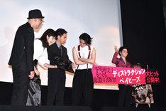 フォトセッション用のパネルを1人で持ち、観客に手を振る村上虹郎(右)。