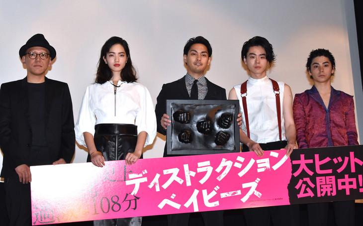 「ディストラクション・ベイビーズ」初日舞台挨拶の様子。左から真利子哲也、小松菜奈、柳楽優弥、菅田将暉、村上虹郎。