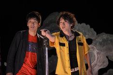 Netflixオリジナルドラマ「火花」より、あほんだら(左からとろサーモン村田、波岡一喜)。