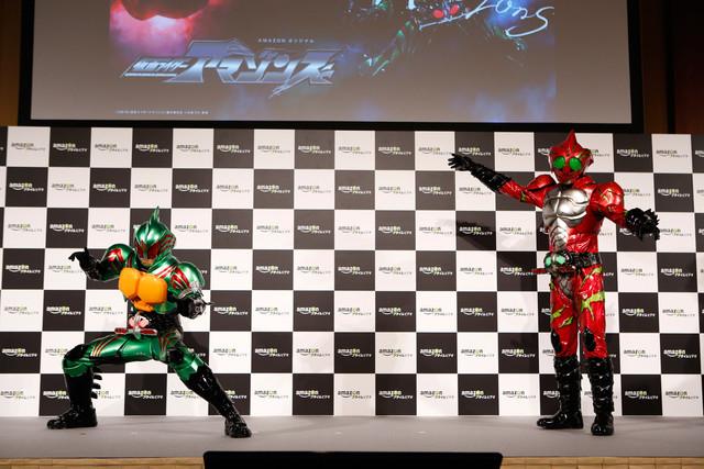 Amazonプライム・ビデオ日本オリジナル作品記者発表会より、仮面ライダーアマゾンオメガ(左)と仮面ライダーアマゾンアルファ(右)。
