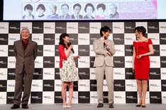 Amazonプライム・ビデオ日本オリジナル作品記者発表会より、左から小野武彦、清野菜名、ディーン・フジオカ、藤原紀香。