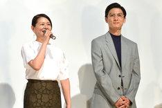 左から小泉今日子、高良健吾。