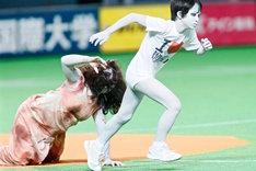 へたり込む伽椰子(左)と、代わりに一塁目がけて疾走する俊雄(右)。