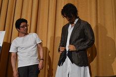 阪本順治(左)が原田芳雄の形見分けとしてもらったジャケットを試着する斎藤工(右)。