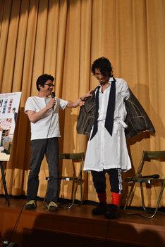 阪本順治(左)が原田芳雄の形見分けとしてもらったジャケットを試着するも、「あげたんじゃないんだから返してよ!」と言われた斎藤工(右)。