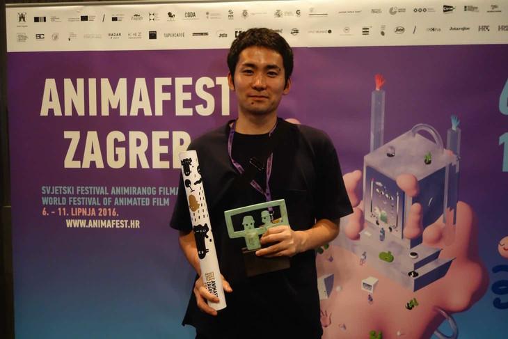 ザグレブ国際アニメーション映画祭にて、「水準原点」でゴールデンザグレブ賞を受賞した折笠良。(撮影 / 土居伸彰)