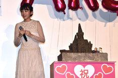 飯豊まりえと劇中に登場する砂の城を模したケーキ。