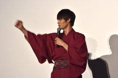 「MARS(マース)~ただ、君を愛してる~」の主題歌「Gravity」のダンスを自己流で踊る窪田正孝。