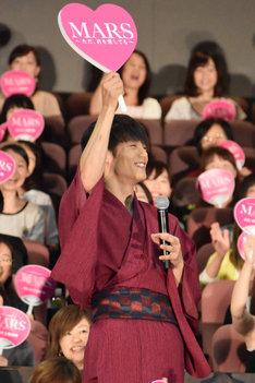 「MARS(マース)~ただ、君を愛してる~」の主題歌「Gravity」に合わせて観客を煽る窪田正孝。