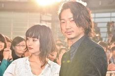 レッドカーペットに登場した忽那汐里(左)と綾野剛(右)。