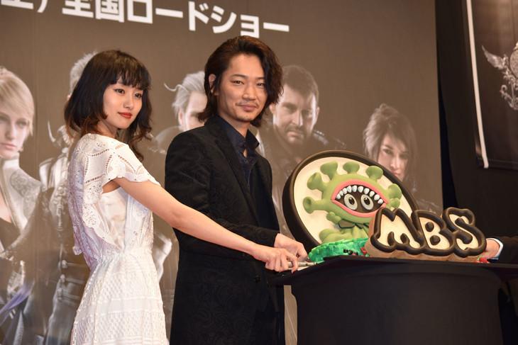 モルボルケーキにナイフを入れる忽那汐里(左)と綾野剛(右)。