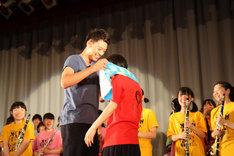 北海道・札幌白石高校吹奏楽部の部長にタオルをかける竹内涼真(左)。