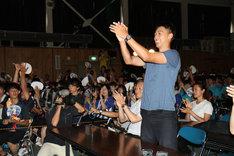北海道・札幌白石高校の吹奏楽の演奏に拍手を送る竹内涼真。
