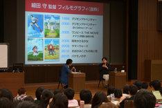 詰めかけた学生を前にトークする是枝裕和(左)と細田守(右)。