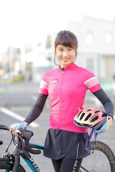 ロードバイクの練習に励む土屋太鳳。