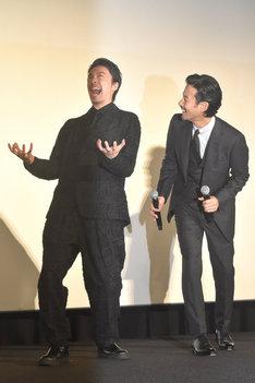 渾身のゴジラポーズを披露する長谷川博己(左)と、長谷川をのぞき込む竹野内豊(右)。