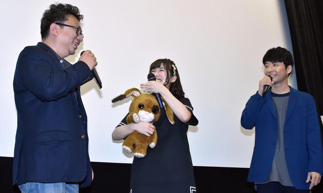 「ちえりとチェリー」初日舞台挨拶より、左から中村誠、高森奈津美、星野源。