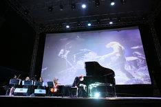 ステージでピアノを弾くYOSHIKI。