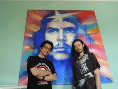 チェ・ゲバラ邸を訪れたオダギリジョー(右)と阪本順治(左)。