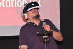 「『シン・ゴジラ』スペシャルデモコンテンツ for PlayStation VR」を体験する樋口真嗣。